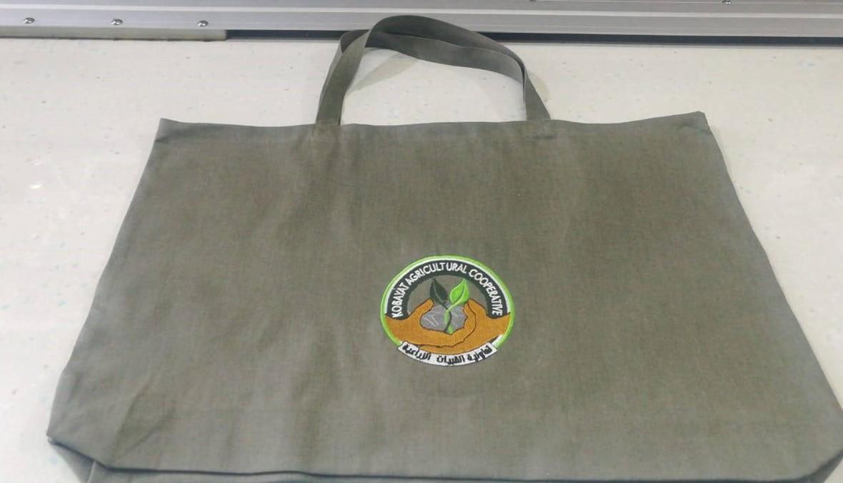 توزيع اكياس من القماش على العائلات في القبيات لاستخدامها بدلا من البلاستيك