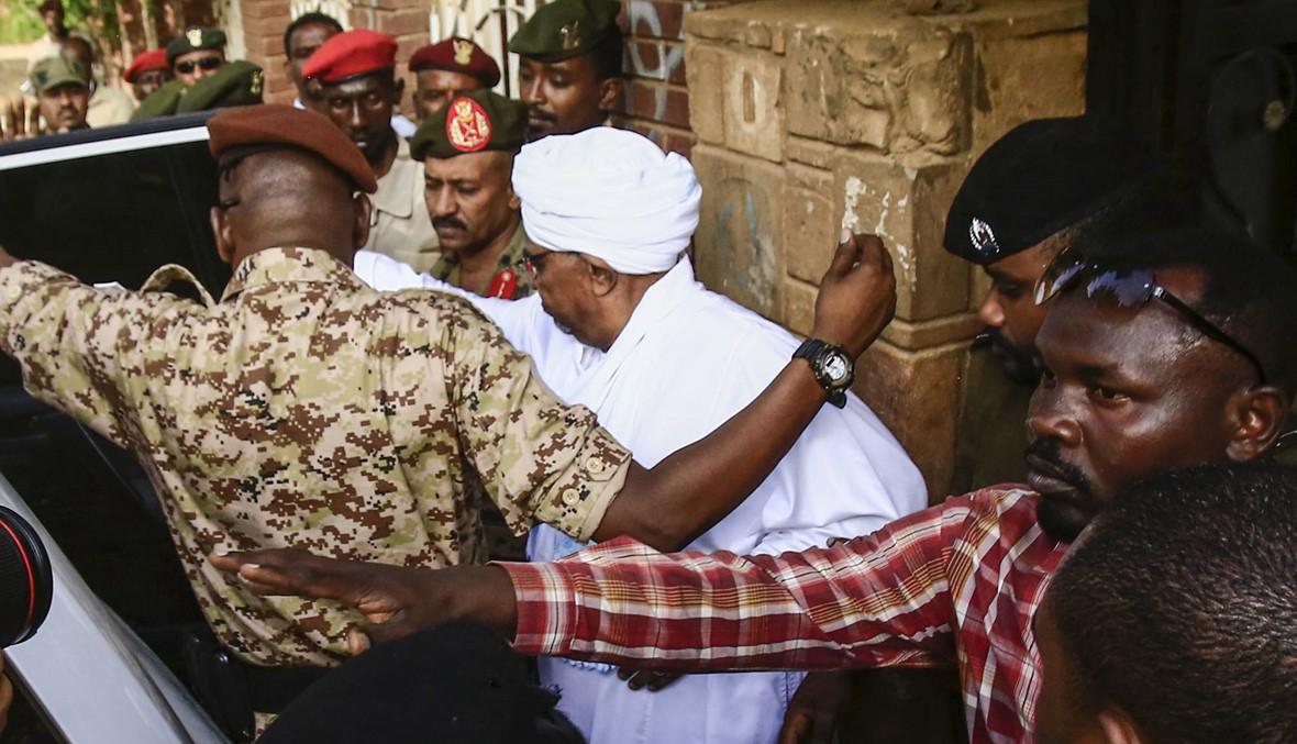 فيديو وصور- أوّل ظهور للبشير منذ إطاحته في السودان: الرئيس المخلوع مثل أمام النيابة