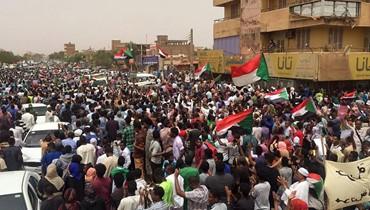 آلاف السودانيّين يتظاهرون في الخرطوم: الشرطة تطلق الغاز المسيّل للدموع