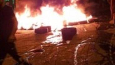 لاجئون فلسطينيون يقطعون مدخل مخيم البرج الشمالي احتجاجا على قرارات وزير العمل