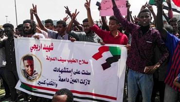 """مئات تظاهروا في الخرطوم """"لتأبين شهداء"""" الثورة: الشرطة فرّقتهم بالغاز المسيّل للدموع"""
