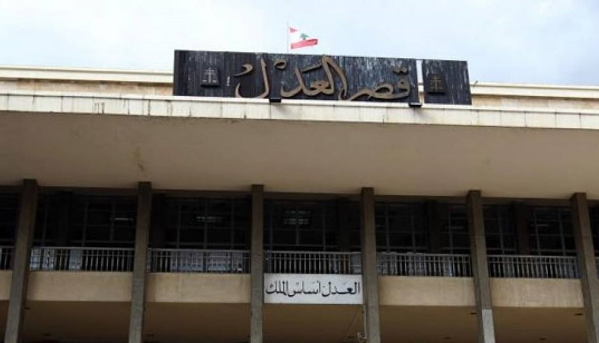 """مواطنٌ يحرق نفسه أمام قصر العدل في بيروت.. """"أعطوني الدواء"""""""
