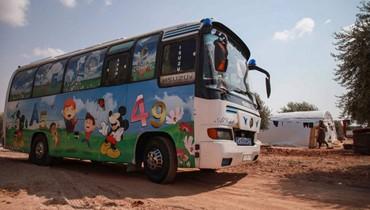 حافلة مدرسية متنقّلة في إدلب... مبادرة لتعليم الأطفال النازيحين