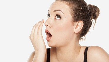 احذروا هذه الأطعمة التي تتسبب برائحة الفم الكريهة
