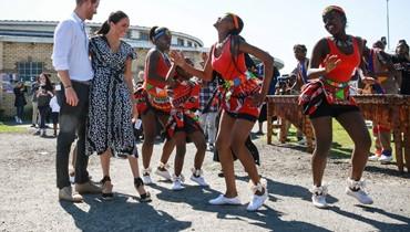استقبلا بالغناء والرقص... الأمير هاري وزوجته يباشران جولة في إفريقيا الجنوبية