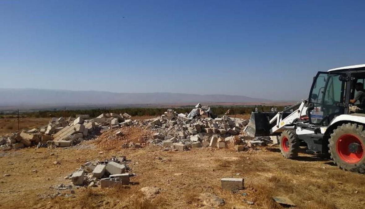 هدم ابنية مخالفة في القاع شيدها سوريون نازحون على ارض البلدية