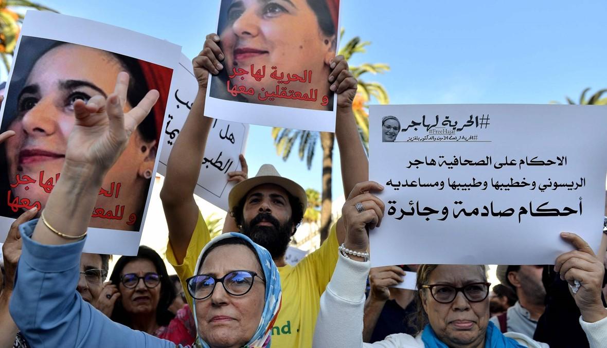 """المغرب: متظاهرون يطالبون بالإفراج عن صحافية سجنت بتهمة """"الإجهاض""""... """"هذا عار"""""""