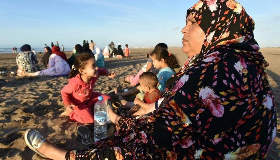 عائلات مهاجرين غرق قاربهم تنتظر يائسة أن يلفظ البحر جثامينهم في المغرب