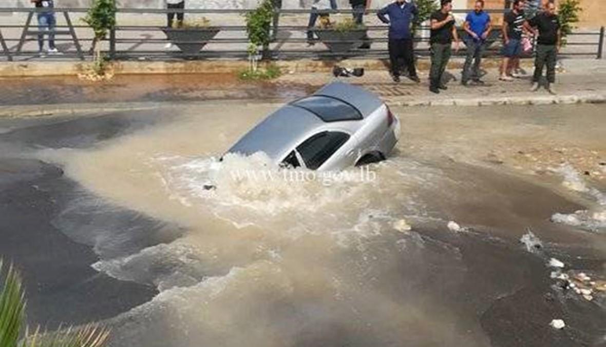 انخساف الأرض اثر انفجار قسطل مياه... غرق سيارة على طريق خلدة البحرية (صور وفيديو)