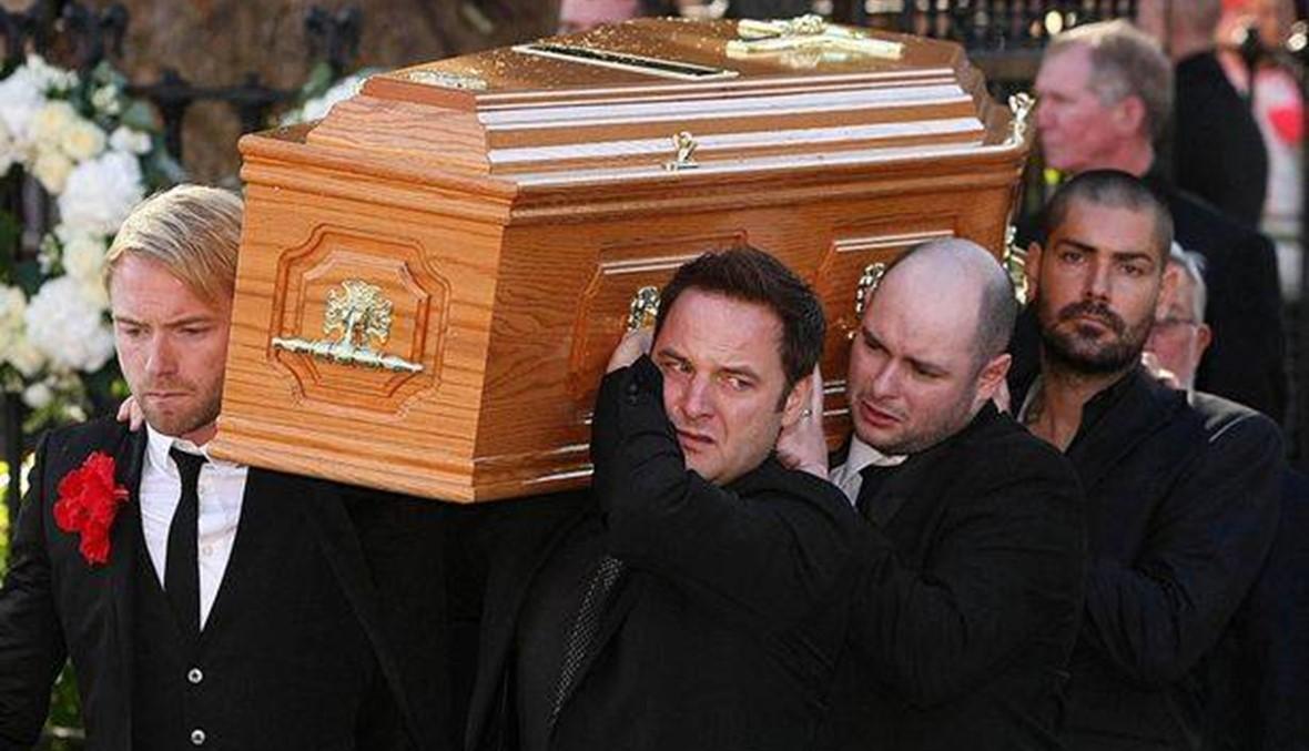 في الذكرى العاشرة لغياب ستيفن غيتلي... أعضاء فرقته مكثوا بجانب تابوته طوال الليل!
