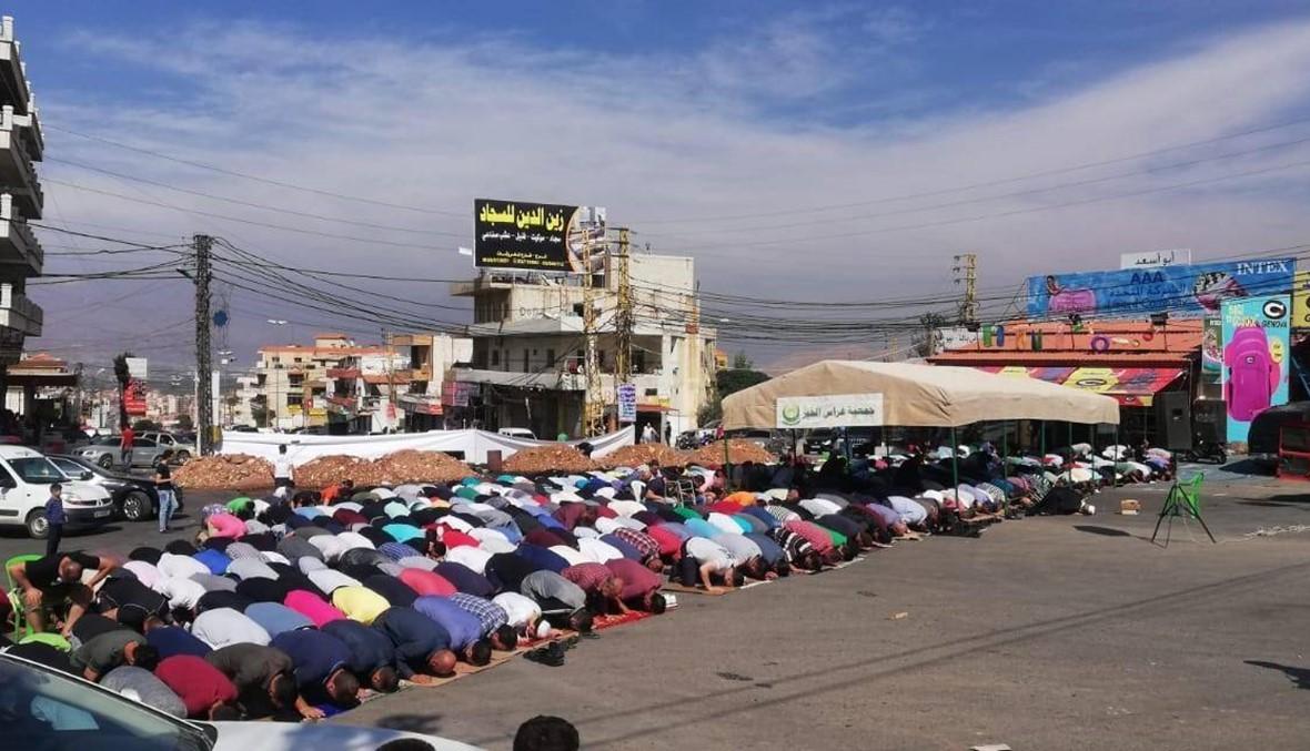 متظاهرون يؤدّون صلاة الجمعة وسط الشارع في مجدل عنجر وطرابلس