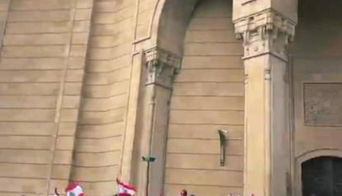 سينتيا سامويل وكريستينا كرم تدعوان الناس إلى التظاهرات