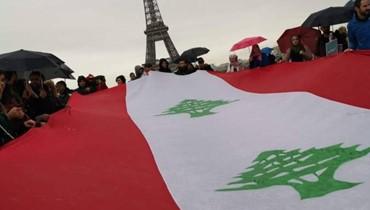 آلاف اللبنانيين في جوّ ماطر... العلم واحد تحت برج إيفل (فيديو)