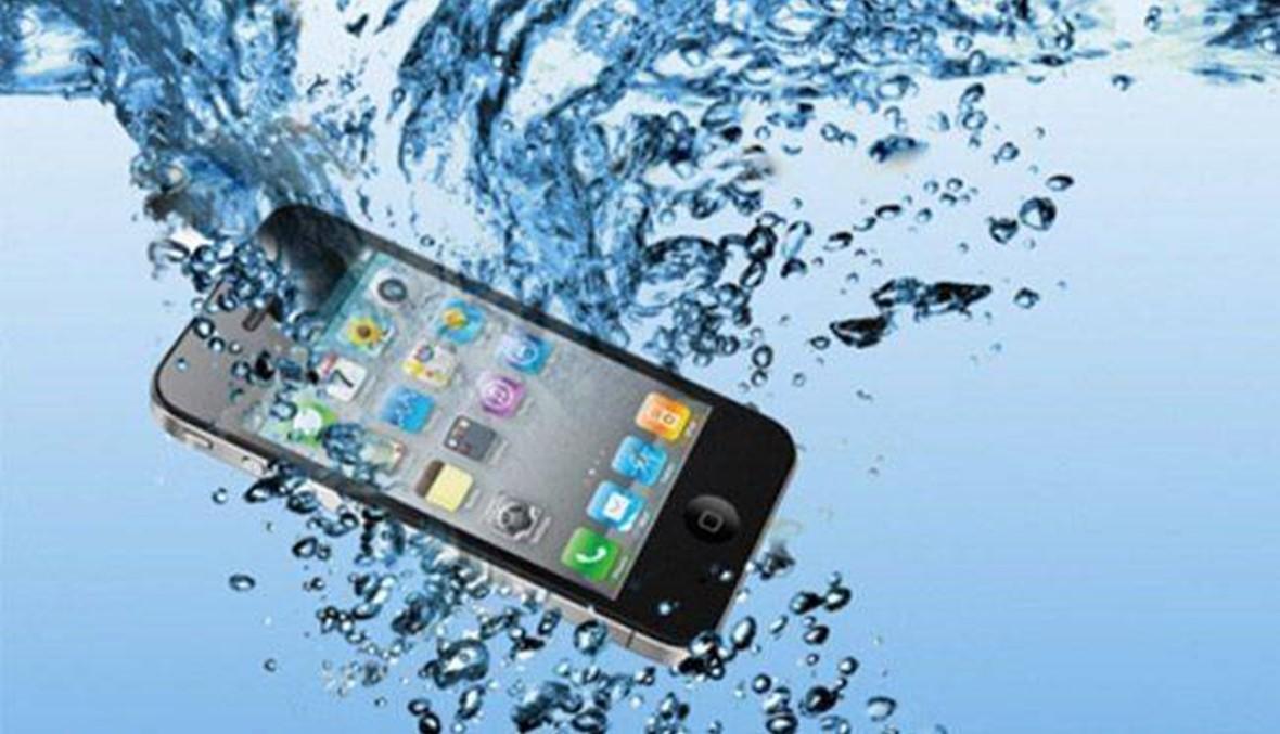 البطارية أصبحت ثابتة... ماذا تفعل لو سقط هاتفك الذكي في الماء!