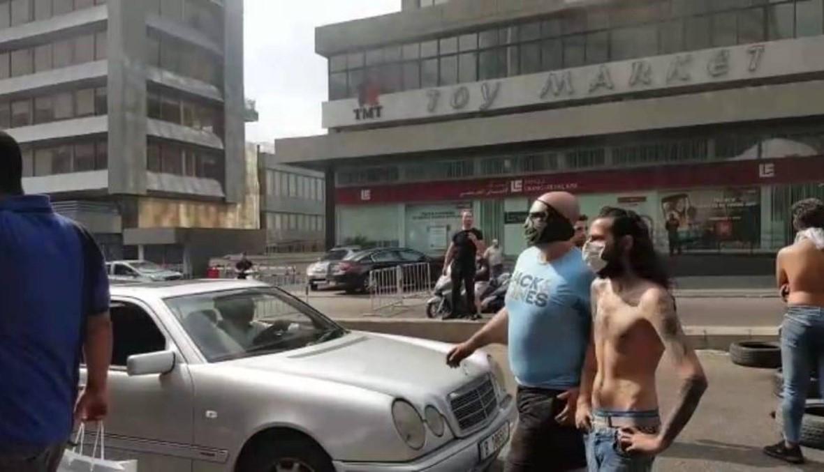 إقفال طرق في فرن الشباك وإشكال بين قاضٍ ومتظاهرين