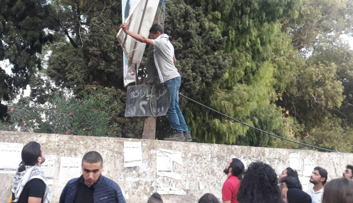 """شباب طرابلس أرادوها """"أجمَل"""" من دون صور الزعماء... فاستبدلوها بالعلم اللبناني"""