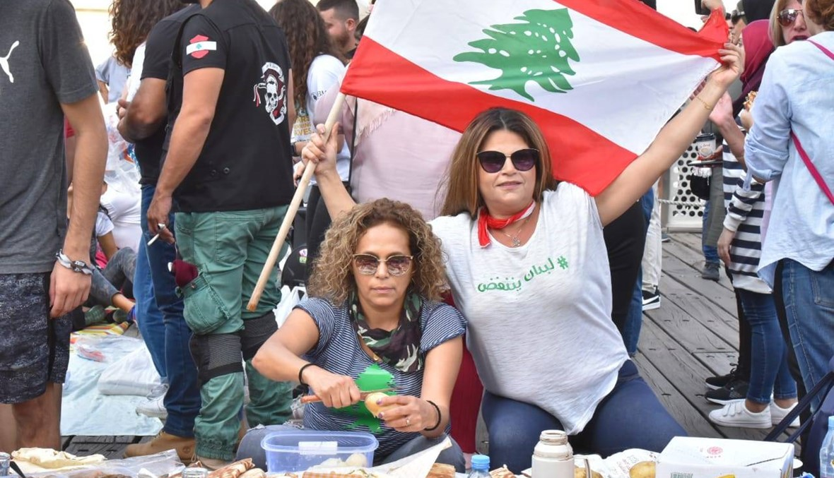"""""""ترويقة"""" في الزيتونة باي ومتظاهرون يفترشون الأرض (صور وفيديو)"""