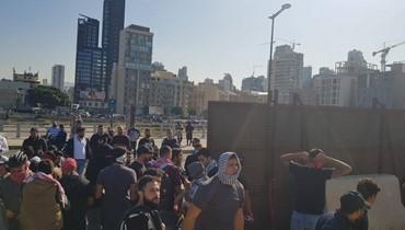 """متظاهرون يحرقون السياج الخشبي مقابل """"النهار"""" والدفاع المدني يخمد الحريق (صور وفيديو)"""