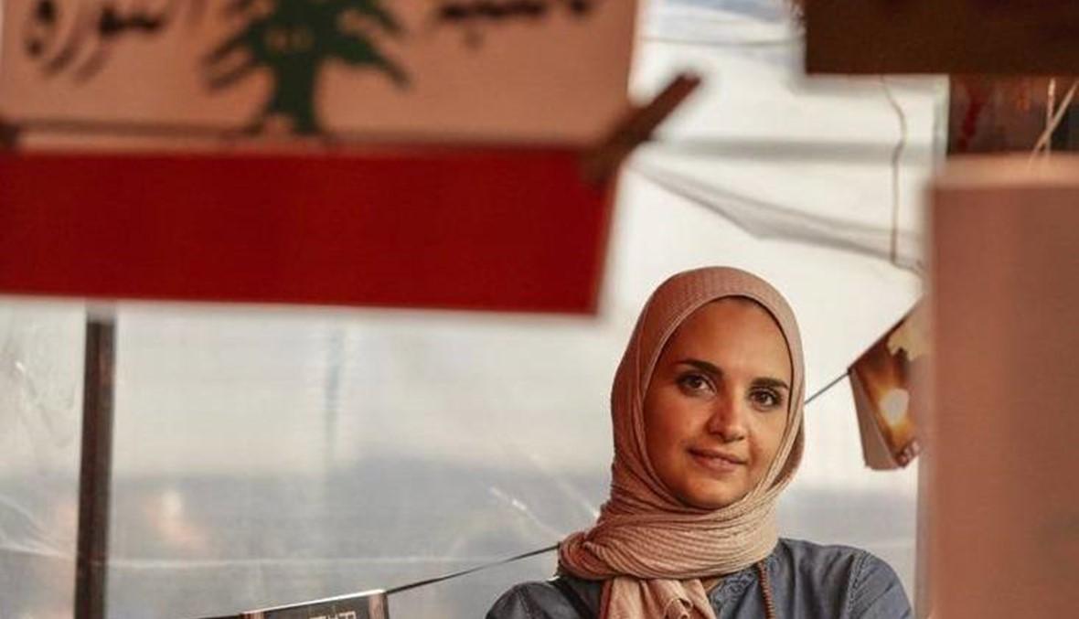 """وجوه الانتفاضة - نرمين العويك أسست """"مكتبة الثورة"""" في ساحة طرابلس... """"هيدا بيتي"""""""