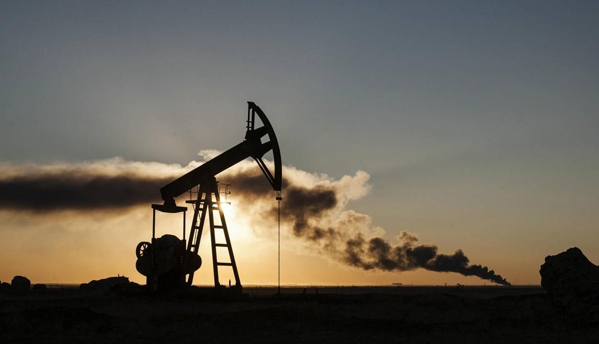 النفط يواصل خسائره بفعل مخاوف بشأن الإمدادات والحرب التجارية