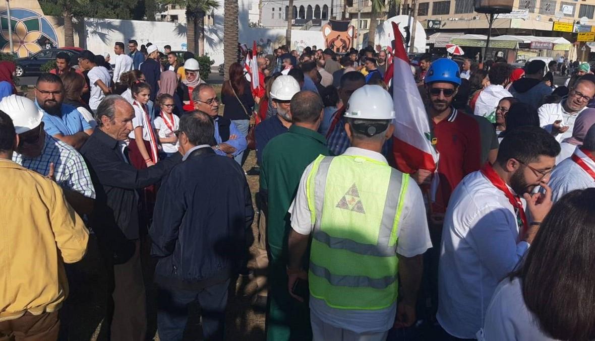صيدا: تحية للجيش بالورود في ذكرى الاستقلال ومسيرة في ساحات الثورة