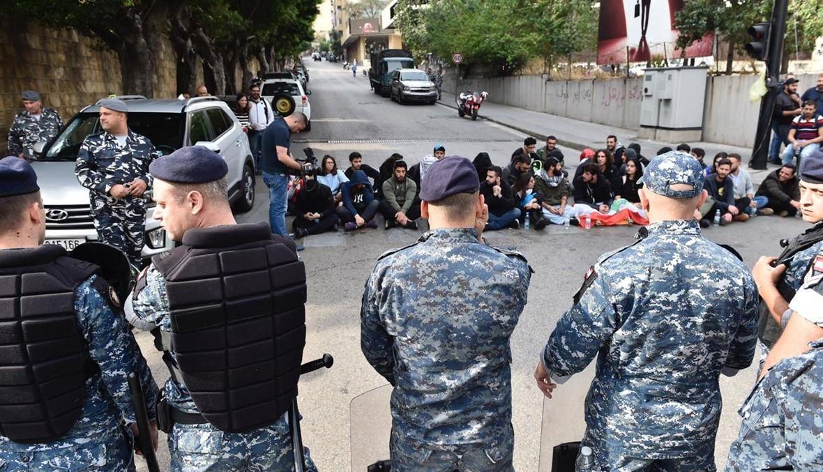 متظاهرون يفترشون الأرض في القنطاري والقوى الأمنية تفتح الطريق (صور وفيديو)