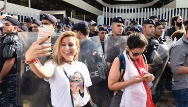مكافحة الشغب تبعد المحتجين من امام مدخل الـTVA في العدلية