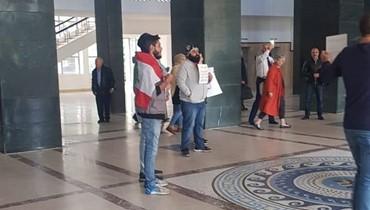 """بالصور والفيديو- متظاهرون دخلوا قصر العدل في بيروت... """"لكفّ يد السياسة عن القضاء"""""""