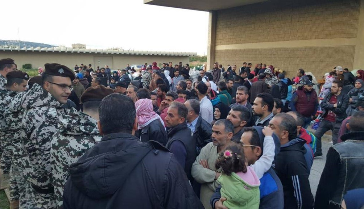 دفعة جديدة من النازحين السوريين تغادر لبنان (صور)