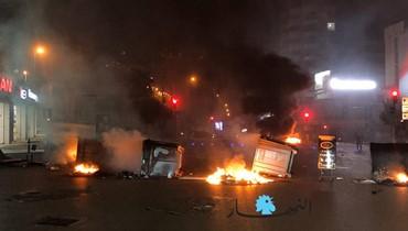 محتجّون يقطعون الطريق عند تقاطع فردان الحمراء بالإطارات المشتعلة (صور وفيديو)