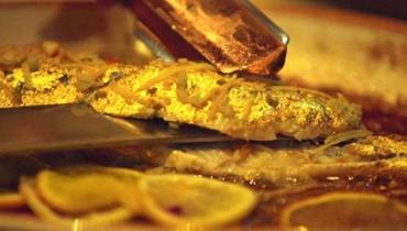سمك مغطس بالذهب الخالص في مطعم إماراتي!