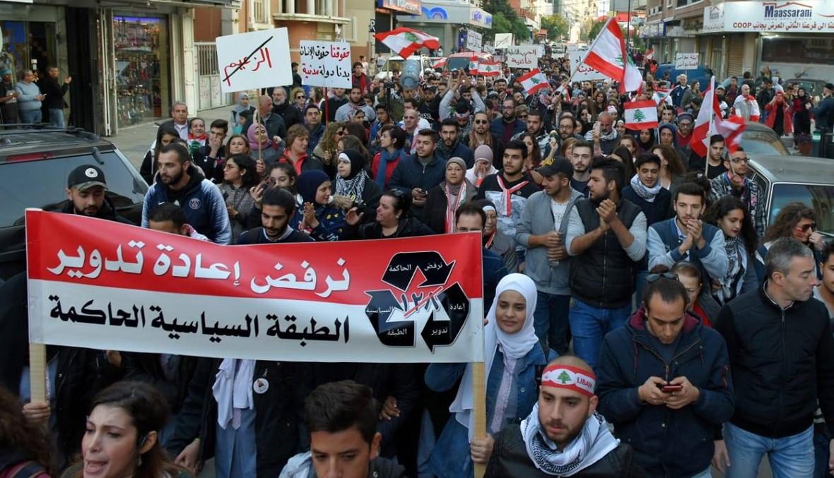 مسيرات المحتجين في طرابلس... من ساحة النور إلى بيوت النواب والوزراء (صور فيديو)