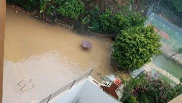 """المشاريع السكنية في بشامون تغرق... """"نطلب من الله أن يخفف هطول الأمطار""""! (صور وفيديو)"""