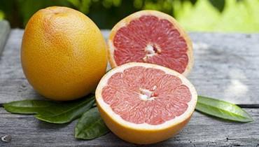 تكافح الأمراض وتقوي العظام... هذه فوائد فاكهة البوملي!