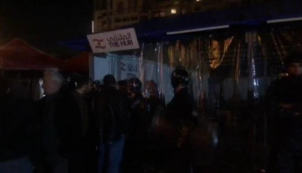 بالصور والفيديو: محاصرة ندوة فكرية... مؤشرات قمع خطيرة في ساحة الثورة