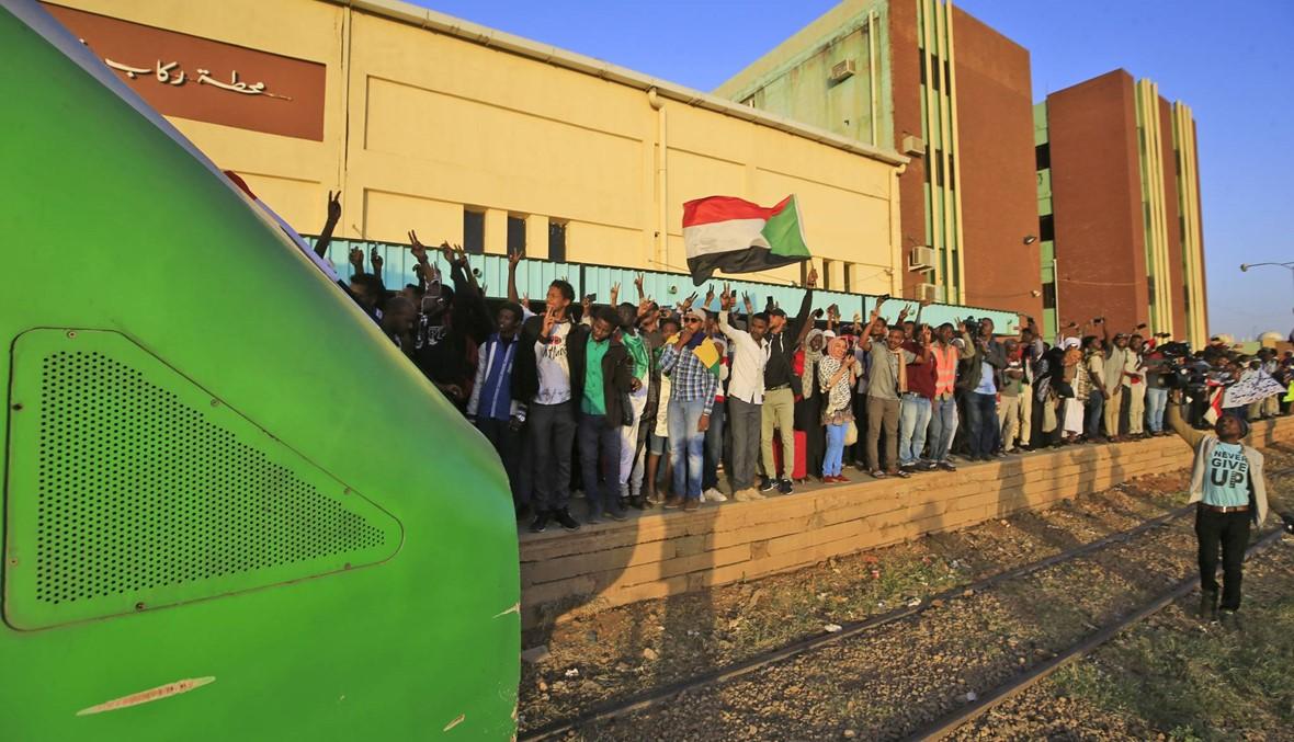 """السودانيّون يحتفلون بالذكرى السنويّة الأولى لثورتهم... """"نريد العدالة لشهدائنا"""""""