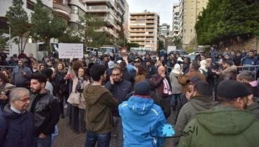 مغادرة قسم من المتظاهرين أمام منزل دياب وبقاء عدد منهم