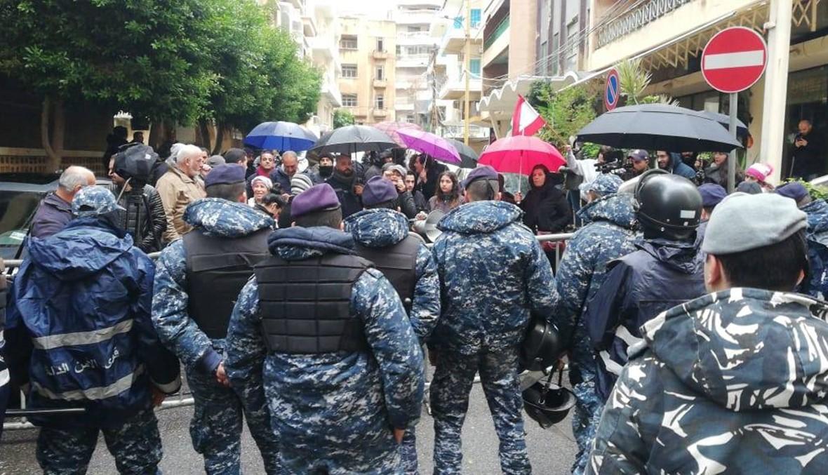 إشكال بين القوى الأمنية ومتظاهرين أمام منزل شقير في الحمراء (فيديو)