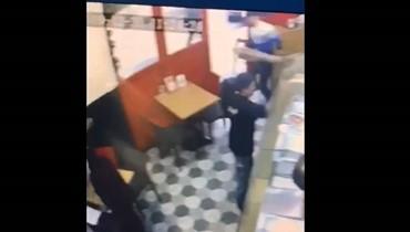 """سرق """"سيخ الشاورما"""" أمام الموظفين وخرج (فيديو)"""
