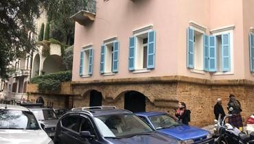 بالفيديو والصور- تجمّع لعدد من الصحافيين امام منزل كارلوس غصن في بيروت
