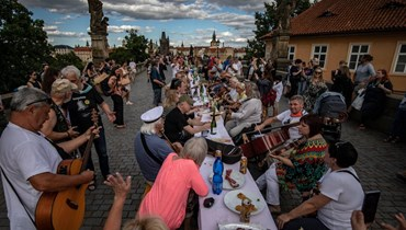 """غير ملتزمين بالإجراءات الوقائية... التشيكيون يقيمون حفل """"وداع رمزي"""" لكورونا"""