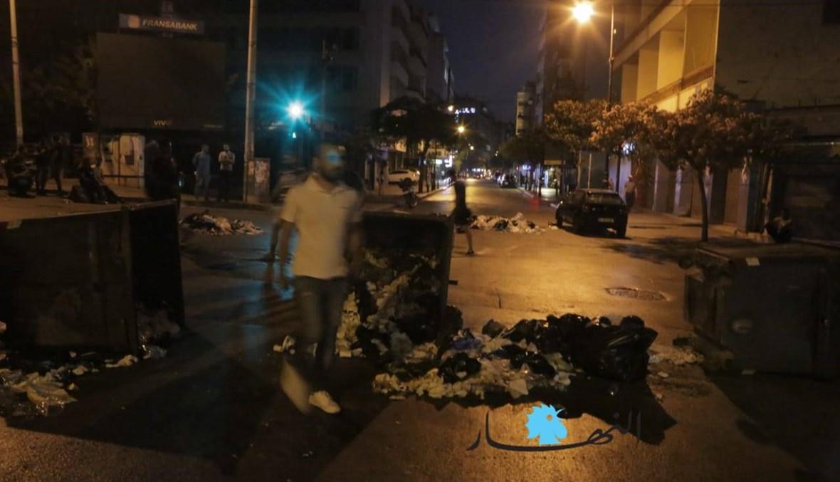 مسيرة غاضبة في شوارع الحمراء... قطع طرق بالحاويات والعوائق (صور وفيديو)
