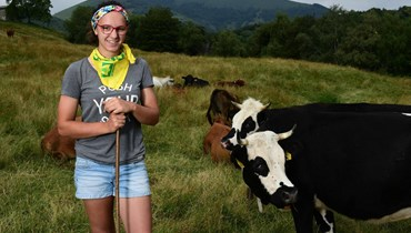 شابة إيطالية جامعية اختارت حياة الريف وتفرغت لتربية الحمير والأبقار في جبال الألب
