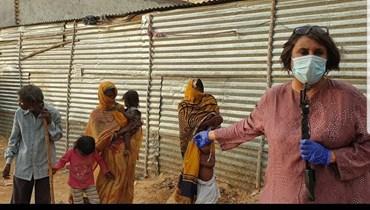 صحافية هندية تجوب بلادها لتروي قصص الوباء وعذابات الناس والفقر