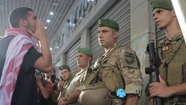 الاحتجاجات أمام المصارف تتواصل... معتصمون في الحمراء رفضاً للسياسات النقدية (صور)