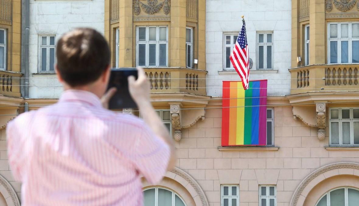 السفارة الأميركية في موسكو ترفع علم المثليين... وبوتين يسخر