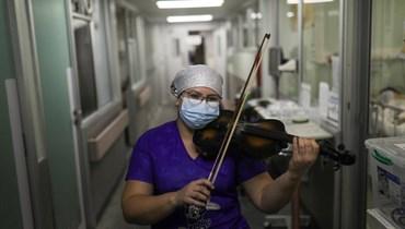 على أوتار الأمل... ممرضة تعزف الكمان لمصابي كورونا في تشيلي (فيديو)