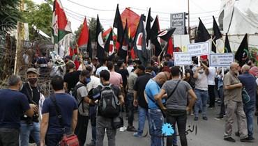 احتجاج تخلّله توتّر أمام السفارة الأميركية في عوكر... معتصمون ردّدوا نشيد الولاء لخامنئي (صور وفيديو)
