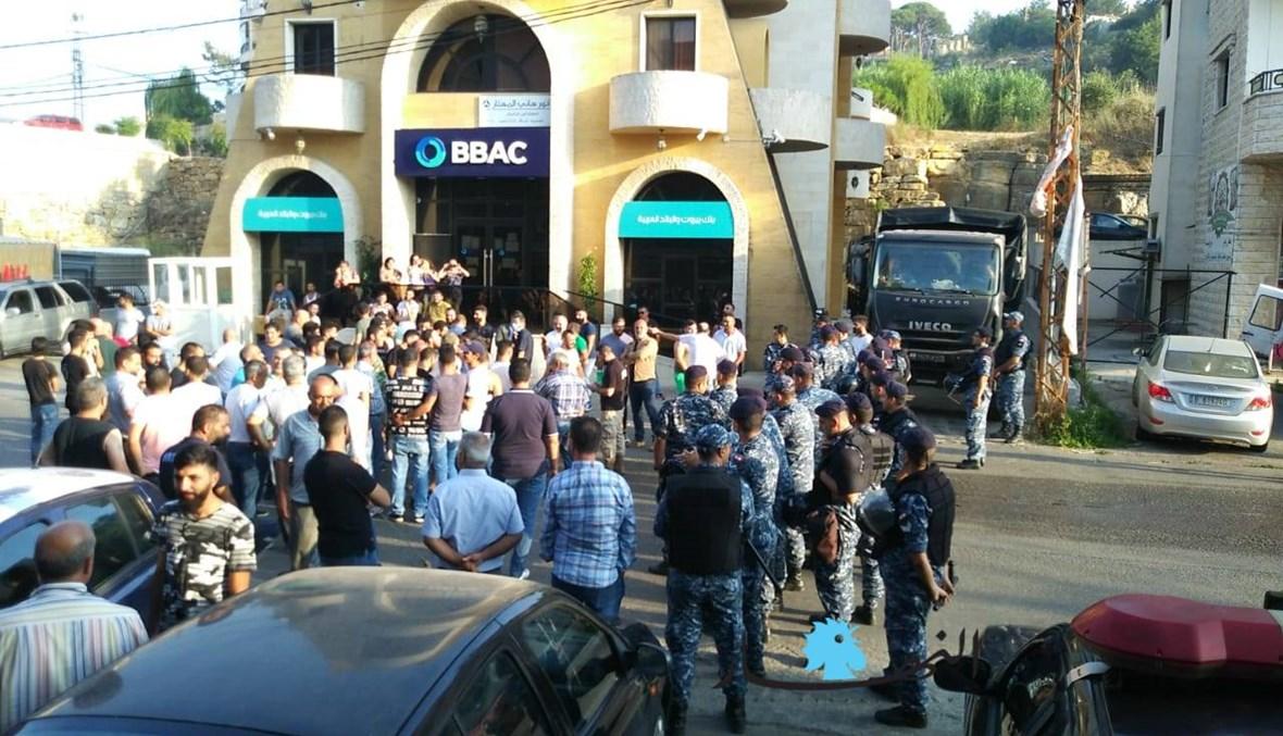 """احتجاج في ساحة قبرشمون تزامناً مع وقفة لـ""""الاشتراكي""""... احتكاك محدود بين الطرفين (صور)"""