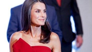 مثل نجمات هوليوود... ليتيسيا ملكة إسبانيا بفستان رائع من دون حمّالات (صور)